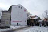 Ekomural w centrum miasta. Przedstawia Wojciecha Korfantego i został namalowany specjalną farbą