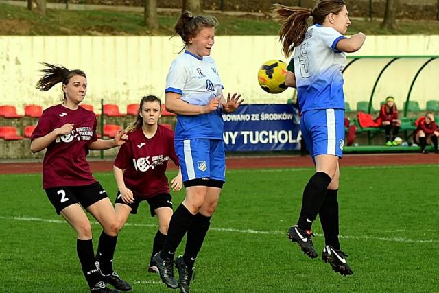 Ambitne piłkarki Zjednoczonych (na niebiesko) ofiarnie w Tucholi walczyły o każdą piłkę.