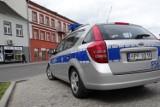 Pijany kierowca w Zduńskiej Woli uderzył w znak, samochód i uciekł