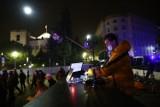 Techno-protest pod Sejmem. W sieci zapisały się tysiące osób, ale przyszło kilkadziesiąt. Policja blokuje dojście na Wiejską