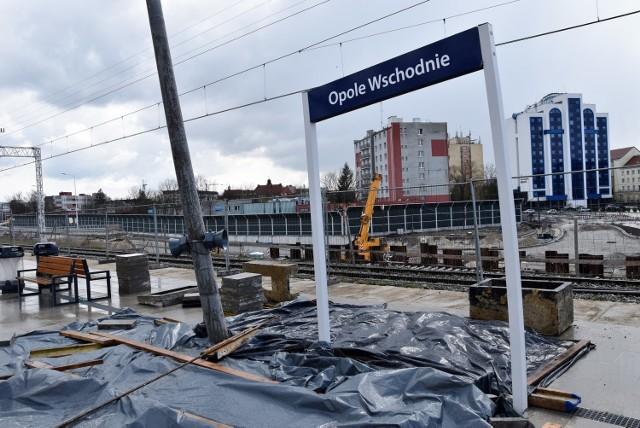 Centrum przesiadkowe Opole Wschodnie. Peron zapadł się w miejscu, w którym wykonywany jest nowy tunel w nasypie.