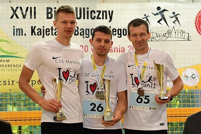 Najlepsi biegacze z Sępólna. Od lewej Mateusz Paliga, Grzegorz Groskop (zwycięzca) i Antoni Paliga.