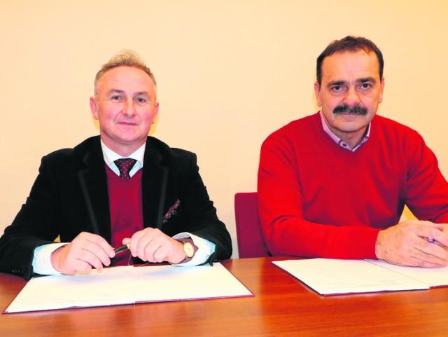 Burmistrz Jerzy Wrębiak (z lewej) z wykonawcą prac Arkadiuszem Jaranowskim.