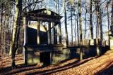 Atrakcja turystyczna niedaleko Żar. Tajemniczy cmentarz górników w Zielonym Lesie. Kto i dla kogo zbudował mauzoleum?