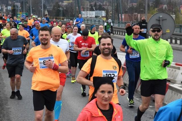 Półmaraton dookoła Jeziora Żywieckiego to impreza, która każdego roku przyciąga do Żywca ok. 2 tysięcy biegaczy