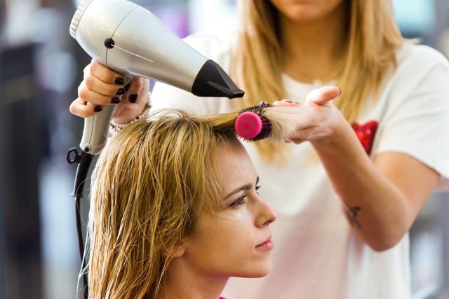 Kiedy otworzą fryzjerów i kosmetyczki? Trzeci etap odmrażania gospodarki już niedługo.