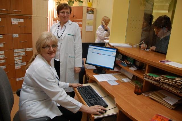 """Elżbieta Dębosz (przy komputerze) i Jadwiga Sołtys z Miejskiej Przychodni nr 3 w Tarnowie przyznają, że często eWUŚ wyświetla """"na czerwono"""" nawet tych pacjentów, którzy odprowadzają składki"""