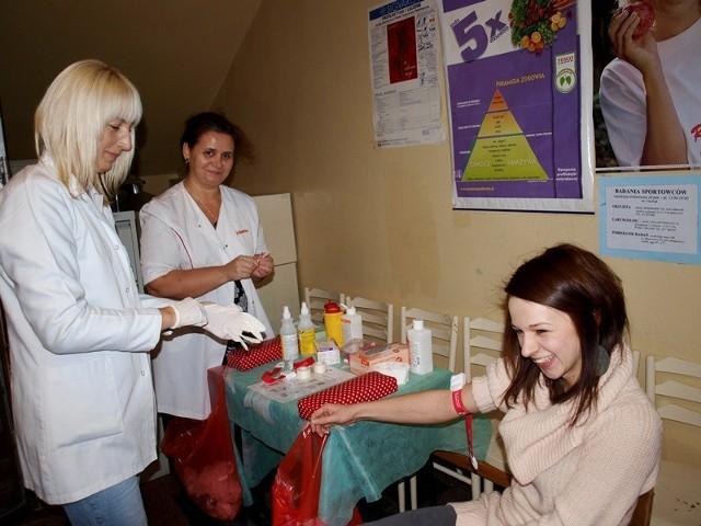 """Małgorzata Hydel i Lidia Jarecka Mucha, pielęgniarki na co dzień pracujące na Oddziale Wewnętrznym w Mielcu, nie zawsze mogą pomóc tym najciężej chorym tak jakby tego chciały. Mogły jednak zaangażować się w akcję """"Wspólnie przeciw białaczce"""""""