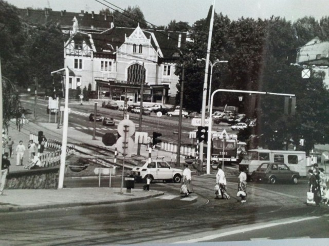 Plac Teatralny przed laty. Zdjęcie zrobione 8 września 1994 roku. Jak widać skrzyżowanie było wówczas nieco inaczej rozplanowane