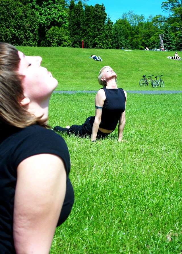 W każdą niedzielę lipca i sierpnia darmowe zajęcia jogi odbywać ...