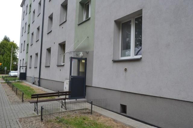 Mieszkańcy bloku przy ul. Czerwonego Krzyża w Sosnowcu mają problem z osobami bezdomnymi. Pomóc może prawdopodobnie jedynie domofon.   Zobacz kolejne zdjęcia. Przesuń zdjęcia w prawo - wciśnij strzałkę lub przycisk NASTĘPNE