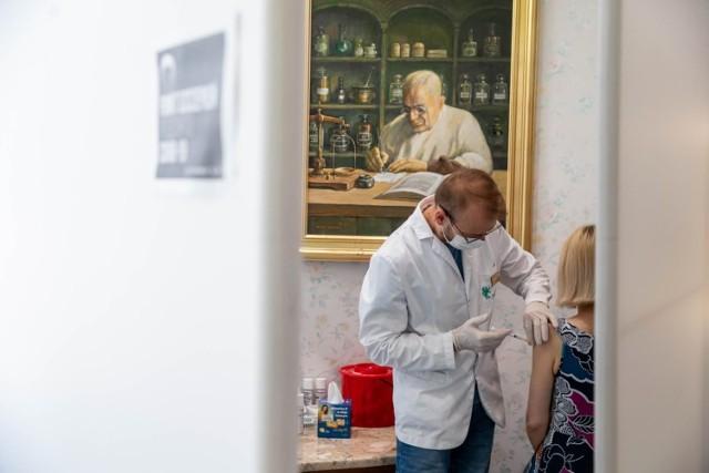 """Jak powiedział na antenie RMF FM minister zdrowia Adam Niedzielski, """"Rada Medyczna rekomenduje podanie trzeciej dawki szczepionki grupom najbardziej narażonym"""". Izrael już w lipcu zdecydował się na ten krok i do tej pory zaszczepił około 650 tys. osób. Przy okazji część zaszczepionych przebadano pod względem występowania skutków ubocznych i poziomu przeciwciał. Poznajcie szczegóły!  CZYTAJ DALEJ NA KOLEJNYCH SLAJDACH --->"""