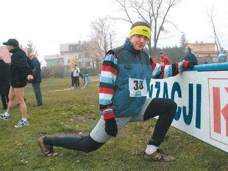 Jan Górniak rozgrzewa się przed pierwszym w swoim życiu maratonem.