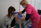 Nauczyciele skarżą się na bóle i gorączkę po szczepionce AstraZenca. Nie mogą iść do pracy. Dr Jaroszewicz: To naturalna reakcja organizmu