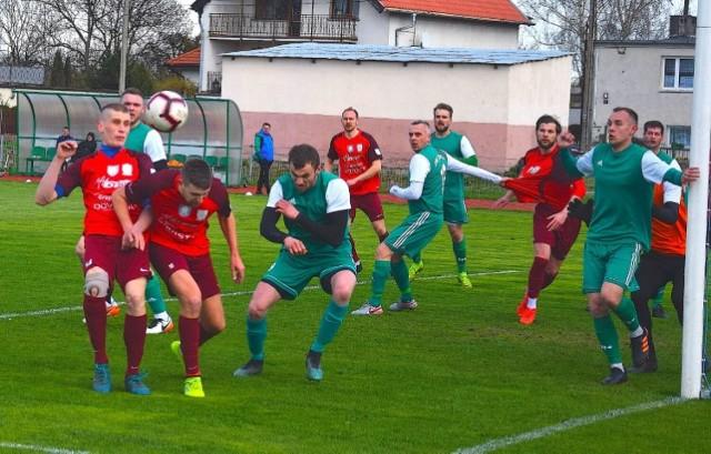Wierzyca Decka Pelplin (w czerwonych strojach) nowy sezon zacznie u siebie meczem z Gryfem Słupsk