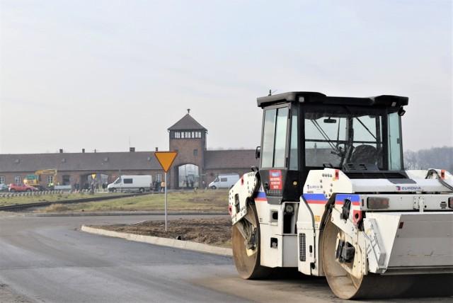 Drogowcy położyli nawierzchnię na całej długości nowej drogi, która odsunie ruch samochodowy od Bramy Śmierci