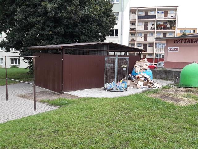 Zniknęły sterty starych mebli, zalegających pod wiatą śmietnikową przy ul. Kościuszki w Goleniowie