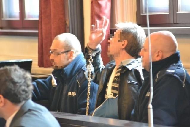 """Niedawno Maciej I.-P. został prawomocnie skazany za poplecznictwo. Dokładniej za wynoszenie grypsów z aresztu od gangstera Marcina B., prawej ręki Henryka L. """"Lewatywy"""""""