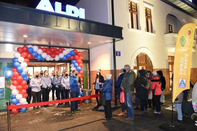 W środę, 16 grudnia, o godz. 6:00 w Toruniu przy ul. Kościuszki 55 otwarcia doczekał się nowy sklep Aldi. Sieć przygotowała specjalne promocje i darmowe upominki dla klientów, dlatego ci wyczekiwali w kolejce jeszcze w godzinach nocnych! Zobaczcie, jak było na otwarciu nowego Aldiego w Toruniu!