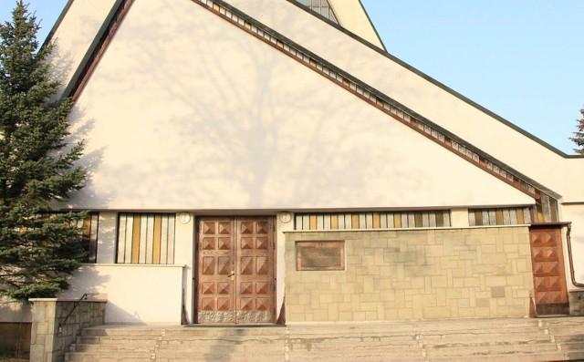 Stratę, jaką poniosła parafia w Łubnie Opacym (jej kościół powyżej) oszacowano na kilka tysięcy złotych