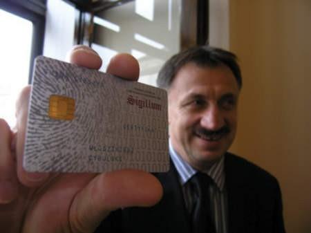 Włodzimierz Cybulski, wiceburmistrz Cieszyna, będzie mógł podpisywać urzędowe pisma za pomocą takiej karty.