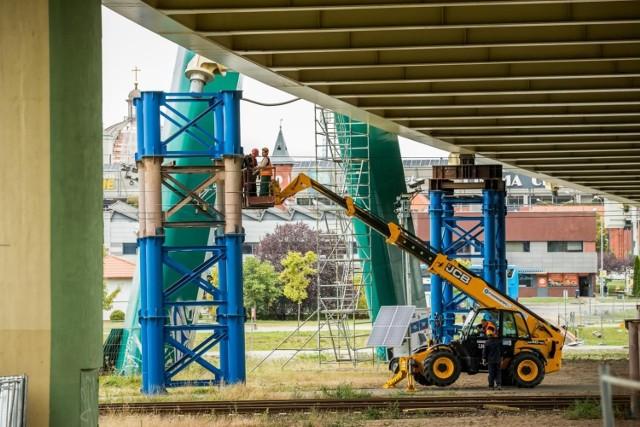 Rozpoczął się drugi etap naprawy mostu na Trasie Uniwersyteckiej w Bydgoszczy - prace w terenie