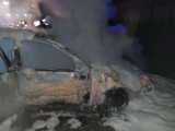 Kościerzyn. Pożar osobówki, strażacy gasili auto przez blisko godzinę
