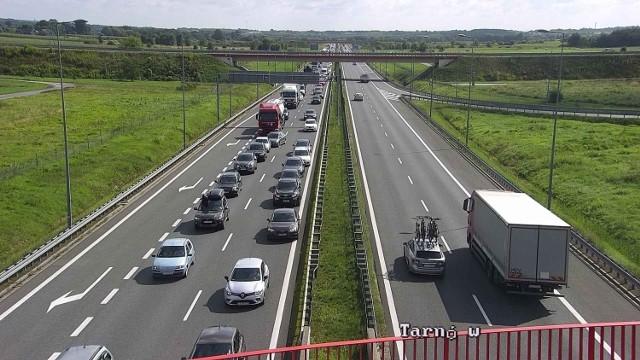 Wypadek na autostradzie A4 w Damienicach, zderzyły się cztery samochody, dwie osoby ranne, korek sięga aż do węzła Bochnia (stan z godziny 10.30), 25.08.2021