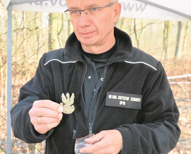 Oprócz szczątków ludzkich ekipa prof. Krzysztofa Szwagrzyka odnalazła elementy umundurowania żołnierzy, którzy zostali zgładzeni na lotnisku pod Starym Grodkowem.