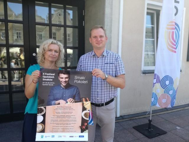 Alicja Sajewicz i Łukasz Śmierciak z UM Opola z festiwalowym plakatem.
