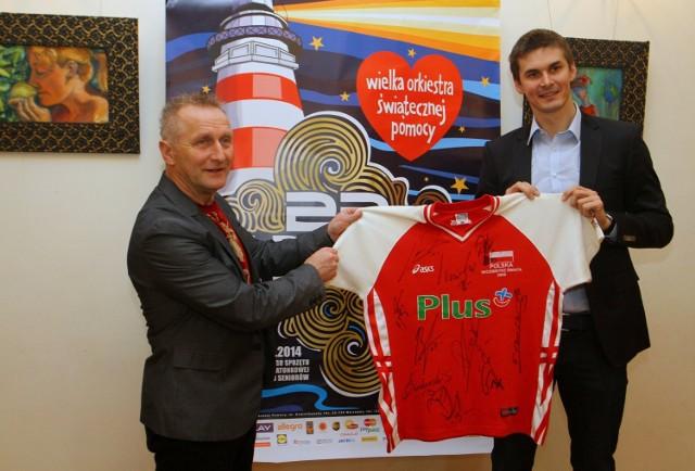 Michał Bąkiewicz przekazał koszulkę na finał WOŚP w Piotrkowie