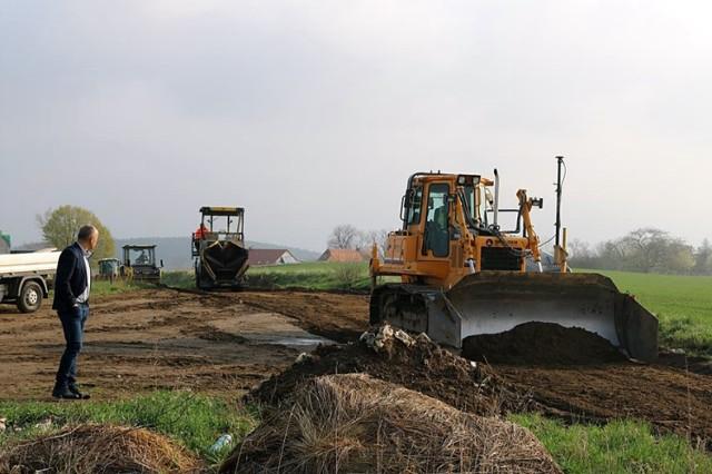 Budowa drogi umożliwiającej rolnikom dojazd do pól i turystom w pobliże zamku Cisy