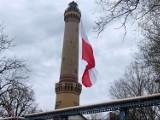 Największa flaga Polski zawisła na latarni w Świnoujściu. Zobacz wideo i zdjęcia