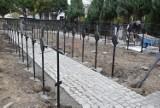 Trwa renowacja krzyży żeliwnych w wojskowej części cmentarza klasztornego w Jędrzejowie. Prace potrwają do końca roku (ZDJĘCIA)