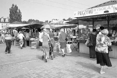 Konkurencji z hipermarketami najbardziej boją się drobni kupcy z dąbrowskich targowisk.