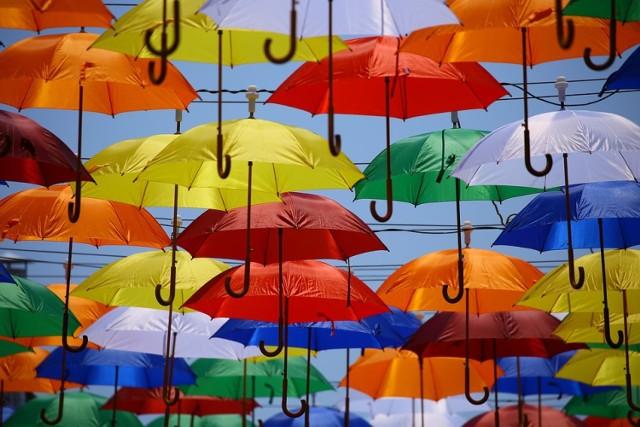 Zabierz swój parasol, który służy zazwyczaj jako ochrona przed deszczem. Tym razem osłoni cię przed słońcem.