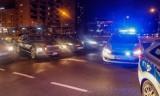 Warszawa. Brutalny rozbój na Woli. Napastnicy zaatakowali przypadkowego mężczyznę na klatce schodowej