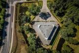 Trójkątny pałac we Włoszakowicach - to miejsce warto zobaczyć. Niezwykły kształt zabytku widać doskonale z drona [ZDJĘCIA]