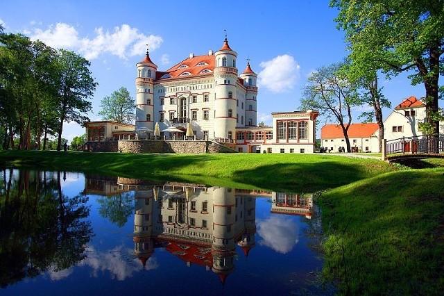 Pałac w Wojanowie. Przed wiekami neogotycki pałac w Wojanowie należał do córki króla Prus, w czasach PRL stopniowo popadał w ruinę. Nowy właściciel postanowił urządzić w nim hotel i centrum konferencyjne. Udało się to w pełni. Po dwóch latach rezydencja wygląda już jak w czasach świetności, gdy była siedzibą królewskiego rodu.