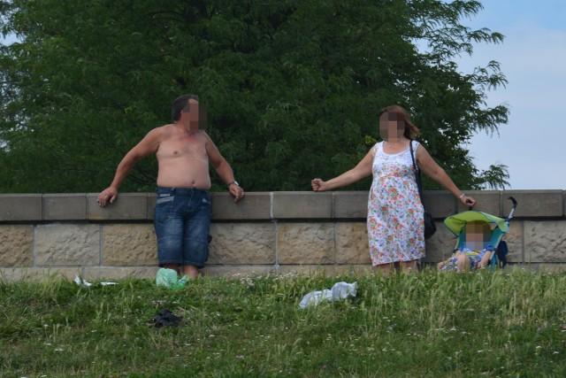 Mężczyźni bez koszulek w centrum Krakowa.