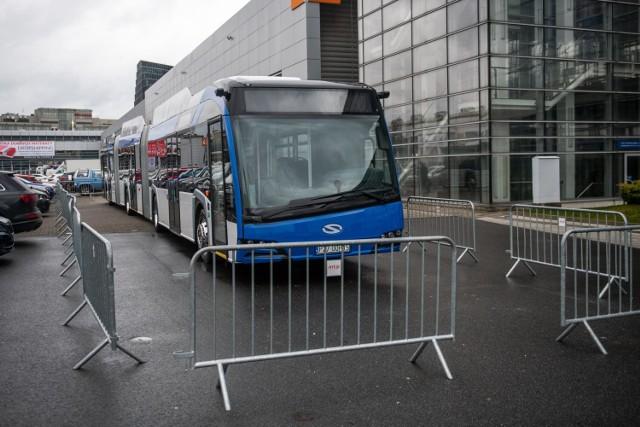 Trolejbus Trollino 24 MetroStyle ma aż 24 metry długości i póki co jest najdłuższym pojazdem w ofercie Solarisa. Od wtorku, 25 lutego można go obejrzeć na Międzynarodowych Targach Poznańskich w ramach Arena Design 2020.  Kolejne zdjęcie --->