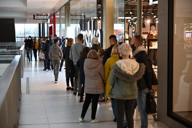 Jak pracować będę galerie handlowe i duże sklepy w Kielcach w niedzielę handlową, 6 grudnia. Zobacz na kolejnych slajdach.  >>>Używaj strzałek lub gestów