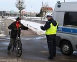 Malbork. Policjanci w szkole i na drogach. Akcje edukacyjne dla młodszych i starszych