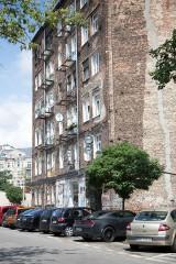 Pękają ściany w starej kamienicy na Pradze Północ. Budynek sypie się przez budowę apartamentowca? [ZDJĘCIA]