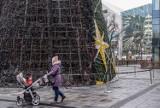 Na dziedzińcu Forum Gdańsk częściowo spłonęła choinka. 13.12.2020 r. Policja podaje wstępną przyczynę