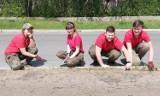 Pierwsza łąka kwietna w Radomsku już zasiana. Teraz tylko czekać na efekt pracy harcerzy [ZDJĘCIA]