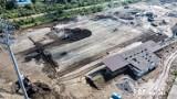Nowy Sącz. Budowa stadionu Sandecji widziana z lotu ptaka. Po starym boisku nie ma już śladu [ZDJĘCIA]