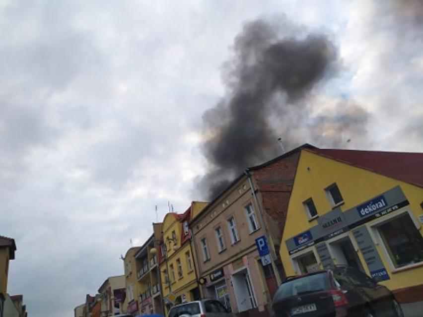 Pożar na ulicy Wojska Polskiego w Chodzieży. Wielki słup dymu (ZDJĘCIA)