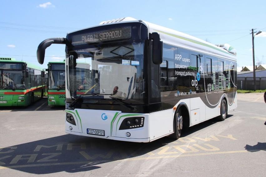 Elektryczny autobus jeździ ulicami Sieradza