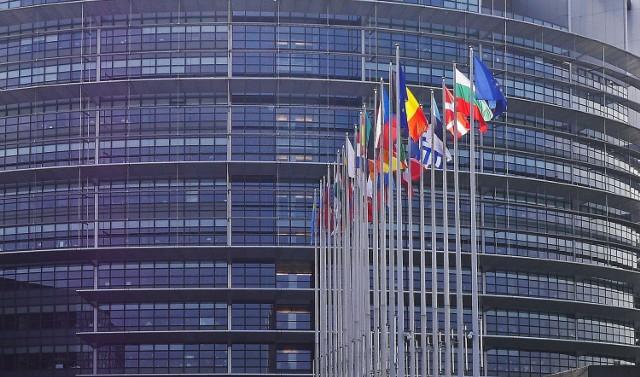 Wybory do Parlamentu Europejskiego odbędą się w naszym kraju w niedzielę 26 maja. Polska Press Grupa wspólnie z Ośrodkiem Badawczym Dobra Opinia przeprowadziła sondaż przedwyborczy. Przedstawiamy Państwu wyniki dla naszego regionu.   W naszym okręgu wyborczym, w skład którego wchodzi Lubuskie i Zachodniopolskie, zdecydowanie wygrywa Koalicja Europejska. Na drugim miejscu znalazło się Prawo i Sprawiedliwości.   Szczegółowe wyniki sondażu oraz podział mandatów znajdziecie Państwo na infografikach.   To kolejne wybory, przy okazji których Polska Press Grupa przeprowadza sondaż. Nasze badanie dotyczące wyborów prezydenckich okazało się najbardziej zbliżone do rzeczywistych wyników, wśród wszystkich sondaży w kraju.   Warto wiedzieć: - wybory do Parlamentu Europejskiego odbywają się co 5 lat - Polacy wybiorą 52 spośród łącznej liczby 705 eurodeputowanych - Polska została podzielona na 13 okręgów wyborczych: 1.  województwo pomorskie - siedziba okręgowej komisji wyborczej: Gdańsk 2. województwo kujawsko-pomorskie (Bydgoszcz) 3. województwa podlaskie i warmińsko-mazurskie (Olsztyn) 4. część województwa mazowieckiego (Warszawa) 5. część województwa mazowieckiego (Warszawa) 6. województwo łódzkie (Łódź) 7. województwo wielkopolskie (Poznań) 8. województwo lubelskie (Lublin) 9. województwo podkarpackie (Rzeszów) 10. województwa małopolskie i świętokrzyskie (Kraków) 11. województwo śląskie (Katowice) 12. województwa dolnośląskie i opolskie (Wrocław) 13. województwa lubuskie i zachodniopomorskie (Gorzów Wielkopolski).   Sondaż zrealizowany przez Polska Press Grupę we współpracy z Ośrodkiem Badawczym Dobra Opinia na reprezentatywnej kwotowo próbie 6500 dorosłych mieszkańców Polski metodą bezpośredniego wywiadu ankieterskiego z wykorzystaniem papierowego kwestionariusza. Badanie zostało przeprowadzone od 4 do 8 kwietnia 2019 r.